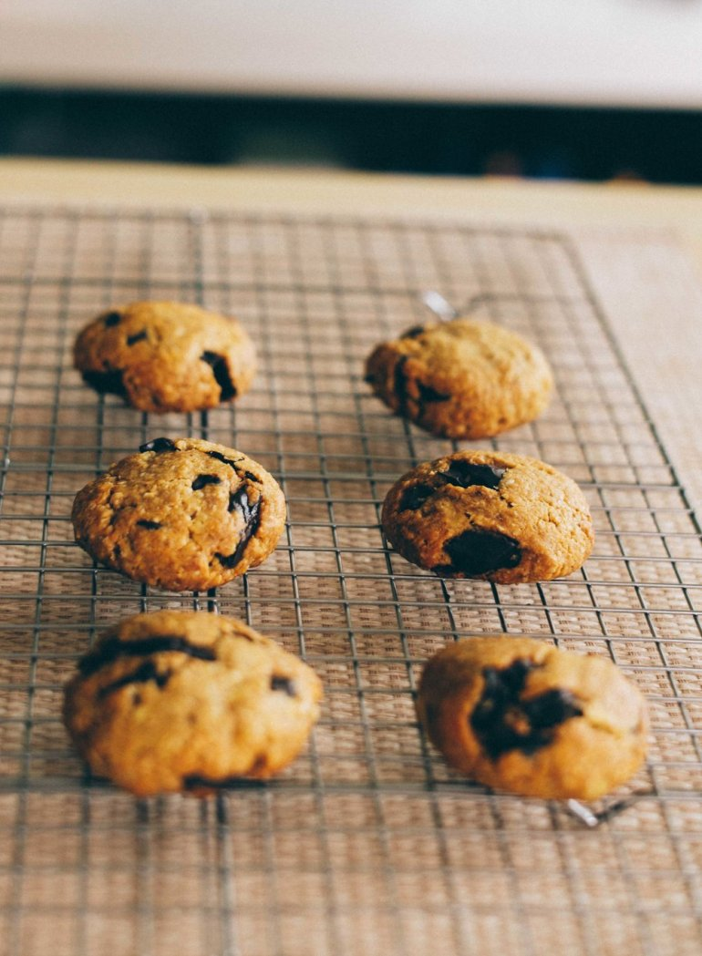 perfect vegan chocolate chip oat cookies